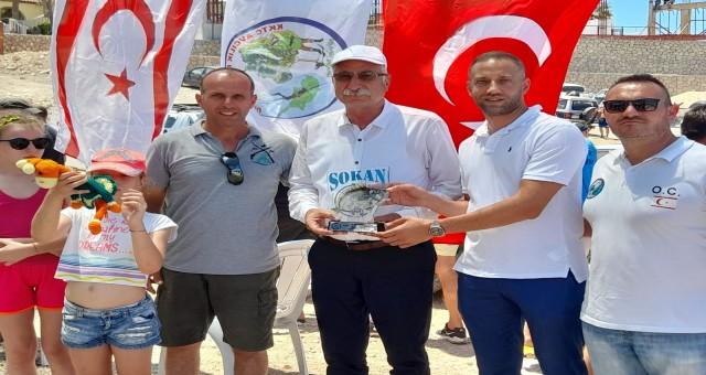Girne'de tekneden olta ile sokan balığı avlama müsabakası gerçekleştirildi.