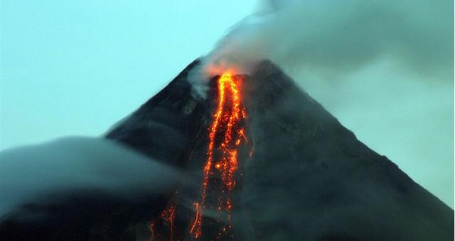 Alaska'da 3 yanardağdan biri lav diğerleri kül püskürttü