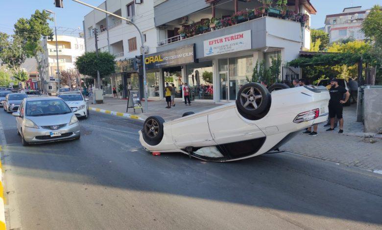 Girne'de araç ters döndü!