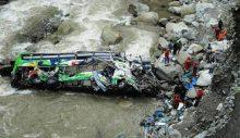 Nepal'de yolcu otobüsü uçuruma yuvarlandı: 32 ölü